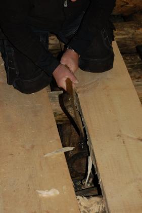 Selv om gulvbordene er skåret på maskin kan de fortsatt vri seg, og vi må tilpasse de litt